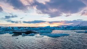 Lasso di tempo degli iceberg blu che galleggiano nella laguna glaciale di Jokulsarlon al tramonto video d archivio