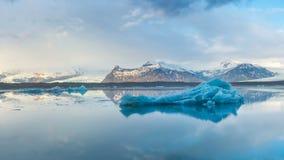 Lasso di tempo degli iceberg di ghiaccio nel lago glaciale Jokulsarlon, Islanda archivi video