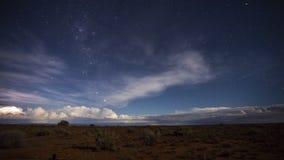 Lasso di tempo dei cieli notturni con il movimento della nuvola e l'attività della tempesta sull'orizzonte video d archivio