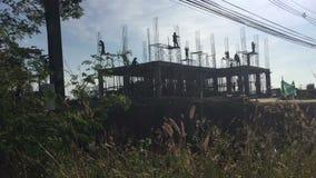 Lasso di tempo dei lavoratori del cantiere in Tailandia Siluetta archivi video