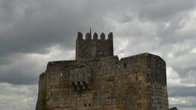 Lasso di tempo del castello storico della roccia di Sortelha, sviluppato all'interno delle pareti fortificate medievali, incluse  stock footage