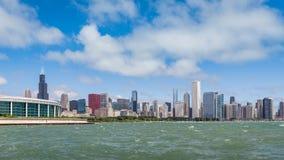Lasso di tempo del centro della città di Chicago con le onde sul lago archivi video