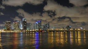 Lasso di tempo del centro di panorama 4k di Miami del cielo di estate della luce notturna Florida S.U.A. archivi video