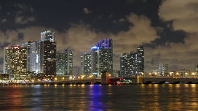 Lasso di tempo del centro di panorama 4k di traffico del ponte mobile della città di Miami della luce notturna Florida S.U.A. stock footage