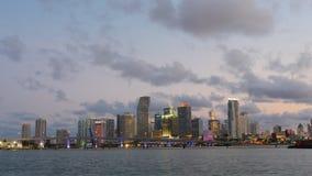 Lasso di tempo del centro di vista frontale 4k dell'acqua della città di Miami del cielo di tramonto Florida S.U.A. archivi video