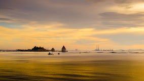 Lasso di tempo del cielo di tramonto all'isola di Loy, Sriracha, Tailandia Fotografia Stock