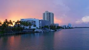 Lasso di tempo del cielo 4k di tramonto della palazzina di appartamenti del golfo di Miami Florida S.U.A. archivi video