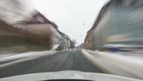 Lasso di tempo del movimento sull'automobile sulla strada attraverso il parco nazionale Harz nell'inverno Bassa Sassonia germany video d archivio