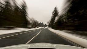 Lasso di tempo del movimento sull'automobile sulla strada attraverso il parco nazionale Harz nell'inverno Bassa Sassonia germany stock footage