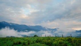 Lasso di tempo del paesaggio della montagna coperto da nebbia stock footage