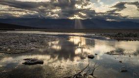 Lasso di tempo del parco nazionale di Death Valley degli appartamenti del sale del bacino di Badwater stock footage
