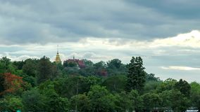 Lasso di tempo del tempio tailandese sulla montagna video d archivio