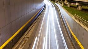 Lasso di tempo del traffico cittadino di notte sopra un ponte video d archivio
