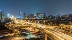 Lasso di tempo del traffico occupato di scambio alla notte in città video d archivio