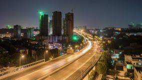 Lasso di tempo del traffico occupato di scambio alla notte in città archivi video