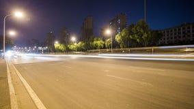 Lasso di tempo del traffico occupato di scambio alla notte in città stock footage