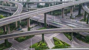 Lasso di tempo del traffico occupato di scambio in città video d archivio