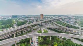 Lasso di tempo del traffico occupato di scambio in città archivi video