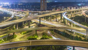 Lasso di tempo del traffico occupato di scambio in città stock footage