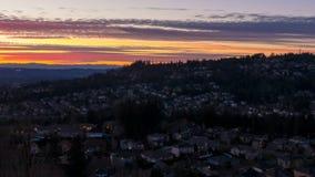 Lasso di tempo del tramonto variopinto sopra le case residenziali in valle felice suburbana nell'Oregon 1080p archivi video