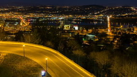 Lasso di tempo del tramonto variopinto sopra le case residenziali in valle felice suburbana nell'Oregon 1080p video d archivio