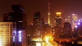 Lasso di tempo dell'ingorgo stradale pesante occupato alla notte, costruzione moderna di ora di punta della città archivi video