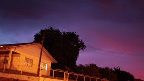 Lasso di tempo della casa sul villaggio sotto le stelle di notte Notte sull'orlo del villaggio stock footage