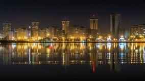 Lasso di tempo della città e del fiume di notte video d archivio