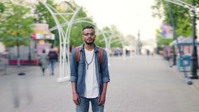 Lasso di tempo della condizione araba barbuta nella via della città da solo con lo zaino video d archivio