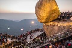 Lasso di tempo della gente birmana che prega vicino alla roccia dorata al tramonto Myanmar (Birmania) stock footage