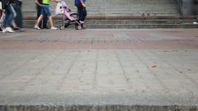 Lasso di tempo della gente differente che cammina sulle mattonelle della pavimentazione della città video d archivio