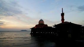 Lasso di tempo della moschea di Al-Hussain dalla spiaggia archivi video