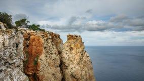 Lasso di tempo della scogliera nell'isola di Ibiza con il mar Mediterraneo archivi video