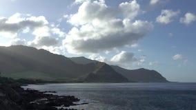 Lasso di tempo della spiaggia di Makua sull'isola di Oahu in Hawai archivi video