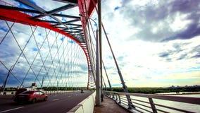 Lasso di tempo della strada tramite il ponte con il blu archivi video