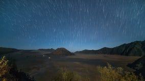 Lasso di tempo della traccia della stella ad un vulcano - supporto Bromo, Indonesia archivi video