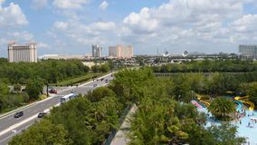 Lasso di tempo della vista panoramica di area internazionale dell'azionamento, di I4, di Convention Center e parco dell'acqua di