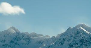 Lasso di tempo delle nuvole che circolano sui picchi di montagna innevati archivi video
