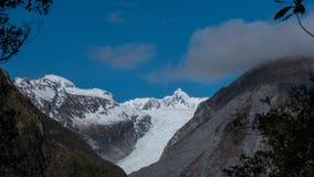 Lasso di tempo delle nuvole che si accumulano sopra il ghiacciaio della volpe video d archivio