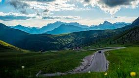 Lasso di tempo delle nuvole che si muovono nel cielo e nell'ombra sul paesaggio di bella montagna delle dolomia video d archivio