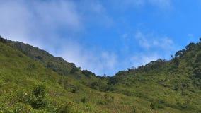 Lasso di tempo delle nuvole che si muovono sopra la catena montuosa stock footage