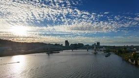 Lasso di tempo delle nuvole e del cielo blu bianchi muoventesi sopra Portland del centro Oregon 1080p stock footage