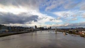 Lasso di tempo delle nuvole e del cielo blu bianchi sopra il ponte dell'incrocio e di Marquam di Tillikum a Portland O 4k archivi video