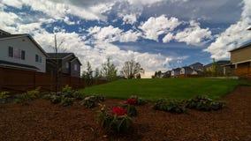 Lasso di tempo delle nuvole e del cielo blu bianchi sopra le case di lusso in valle O nel uhd felice 4k archivi video