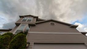 Lasso di tempo delle nuvole e del cielo blu sopra il uhd residenziale suburbano di lusso della casa 4k video d archivio
