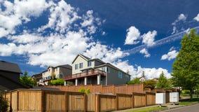Lasso di tempo delle nuvole e del cielo blu sopra le case di lusso nel uhd felice dell'Oregon 4k della valle archivi video