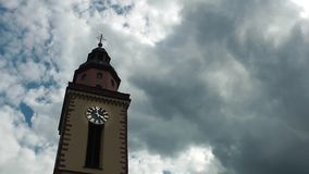 Lasso di tempo delle nuvole e della chiesa video d archivio