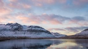 Lasso di tempo delle nuvole e della montagna in Islanda stock footage