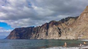 Lasso di tempo delle scogliere e della spiaggia di Los Gigantes in Tenerife stock footage