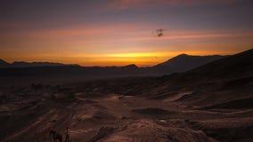 Lasso di tempo di alba sopra un deserto al parco nazionale di Bromo Tengger Semeru, Indonesia stock footage